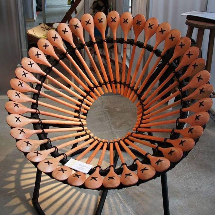 Cadeira feita com colheres.