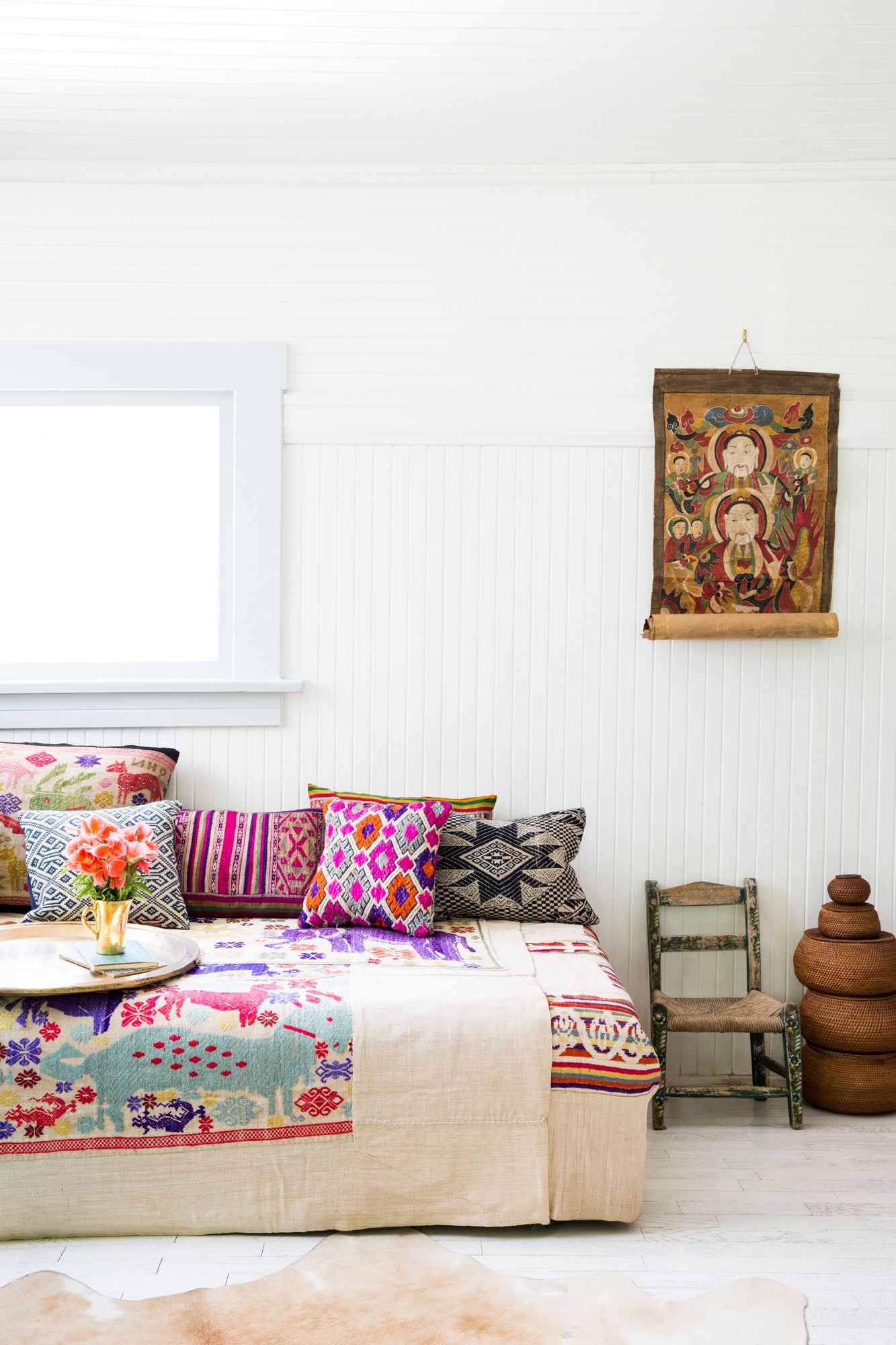 Weiße bringt Helligkeit und Leichtigkeit - die bunten Ethno-Kissen und -Decken die nötige Wärme.