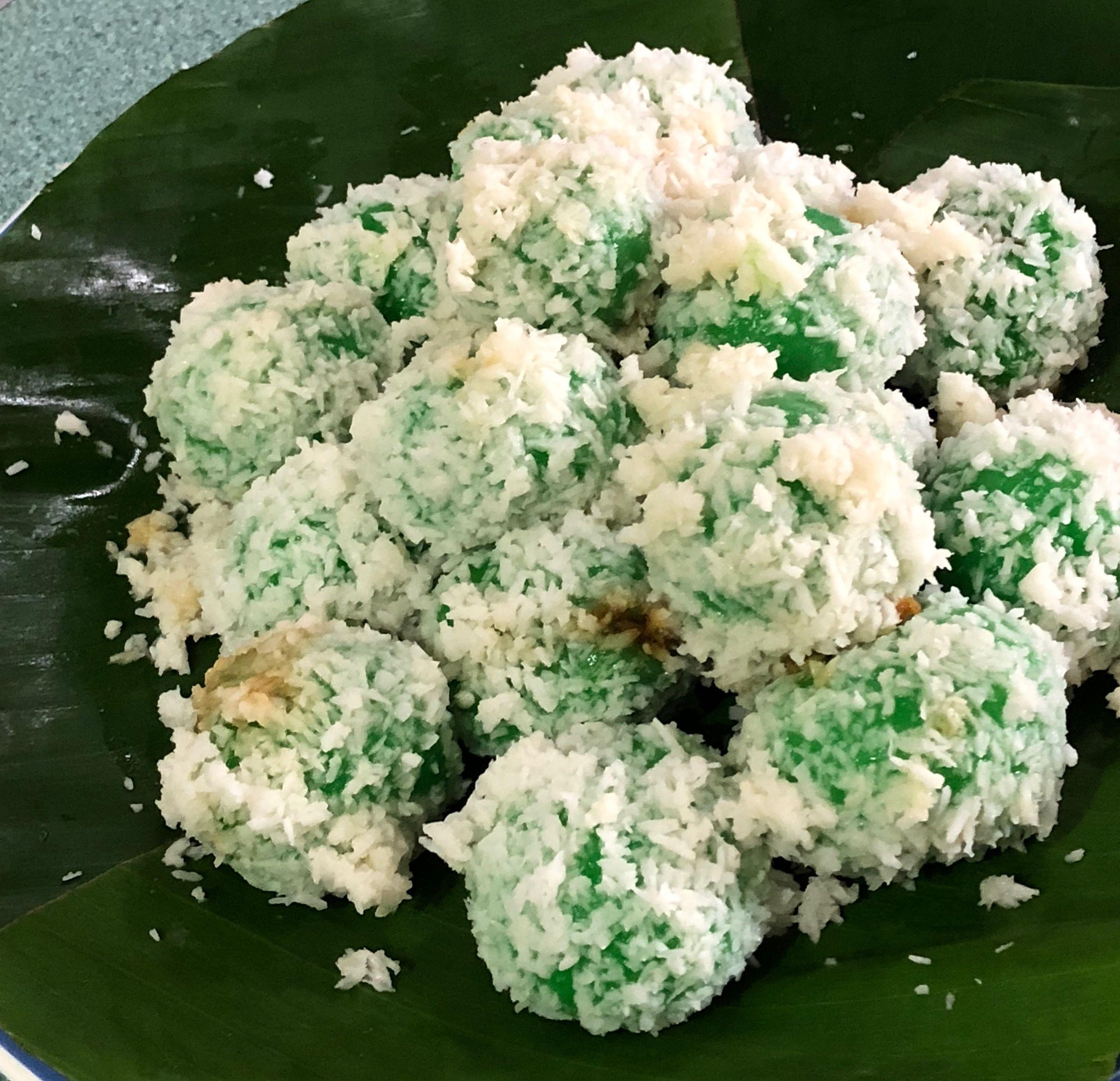 KLEPON glutinous flour balls with melting palm sugar