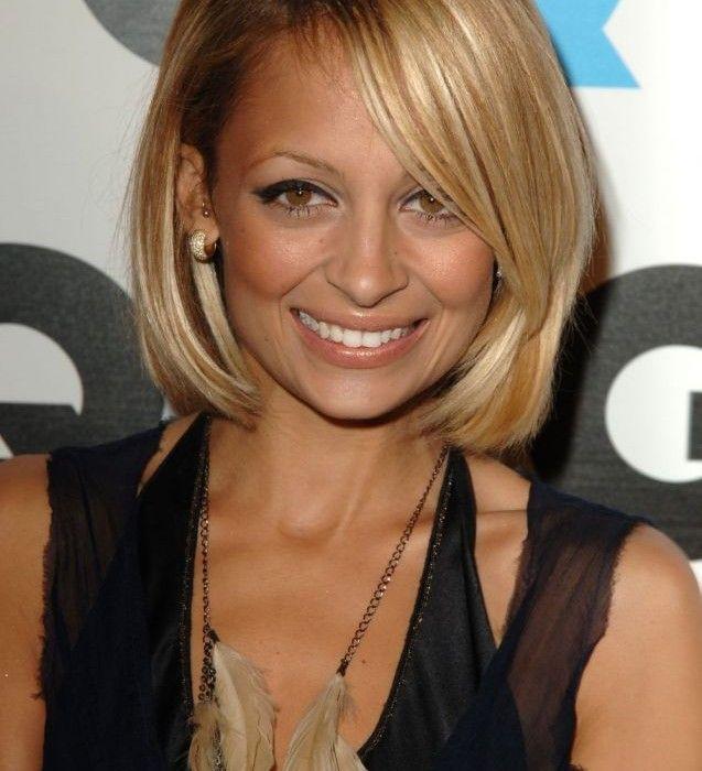 Coupe femme visage carré cheveux fins blonds