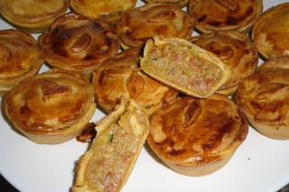 Empadas de carne  http://receitinhasdabelinhagulosa.blogspot.pt/2011/06/empadas-de-carne-para-nossa-capuchinho.html