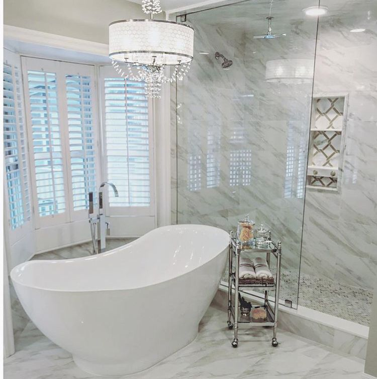 Salle de bain moderne et lumineuse avec baignoire et douche à l - Salle De Bain Moderne Douche Italienne