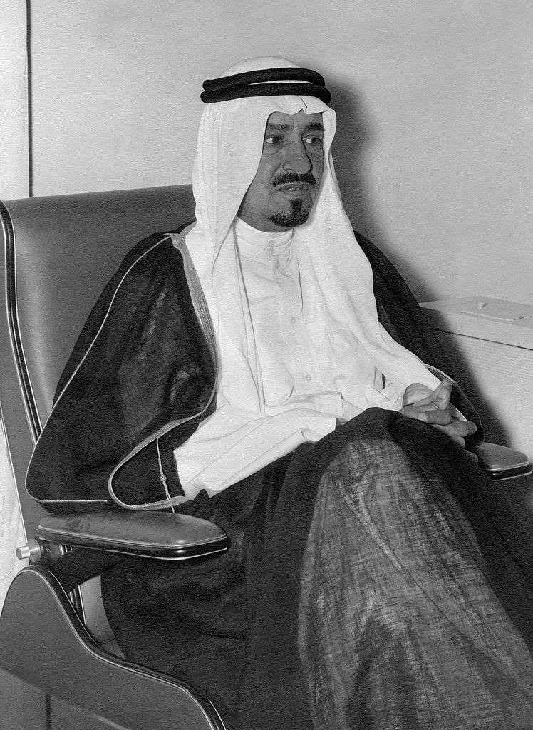 1975 خالد بن عبدالعزيز ملكا للسعودية Afp Getty Images Arab Culture Art Reference Photos Funny Art