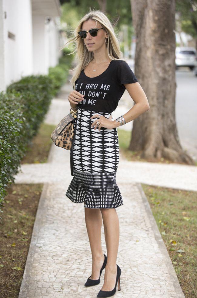 Nati Vozza do Blog de Moda Glam4You com look do dia super moderno com t-shirt e saia midi de tricot.