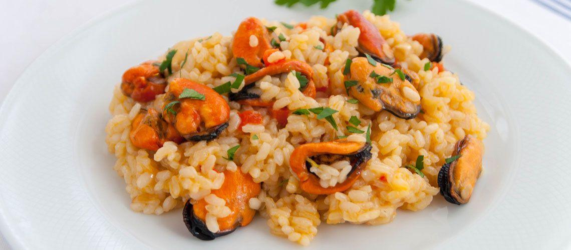 La receta de arroz meloso con mejillones de Recetas de Rechupete es muy fácil de preparar, los mejillones le dan mucho sabor al arroz y queda genial.