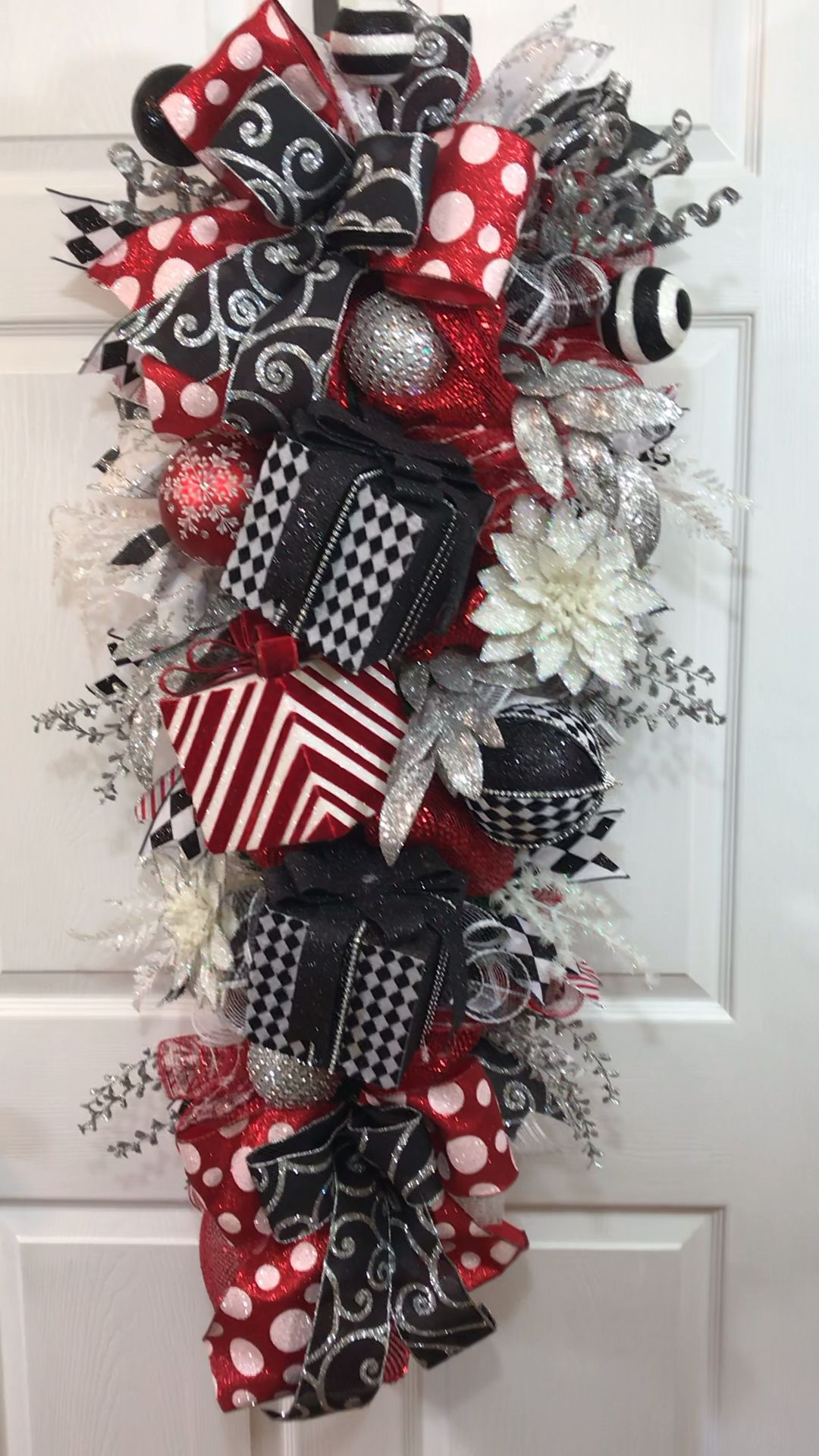 Beautiful Christmas swag that will WOW all your friends and family. This swag has SO many components including gift boxes, floral