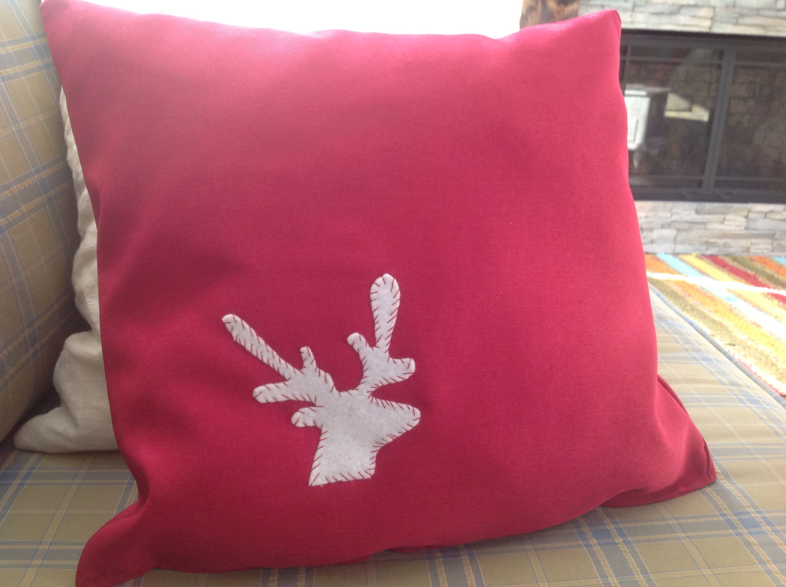 Petite tête de chevreuil pour embellir mes coussins. Feutrine blanche. White felt deer head.