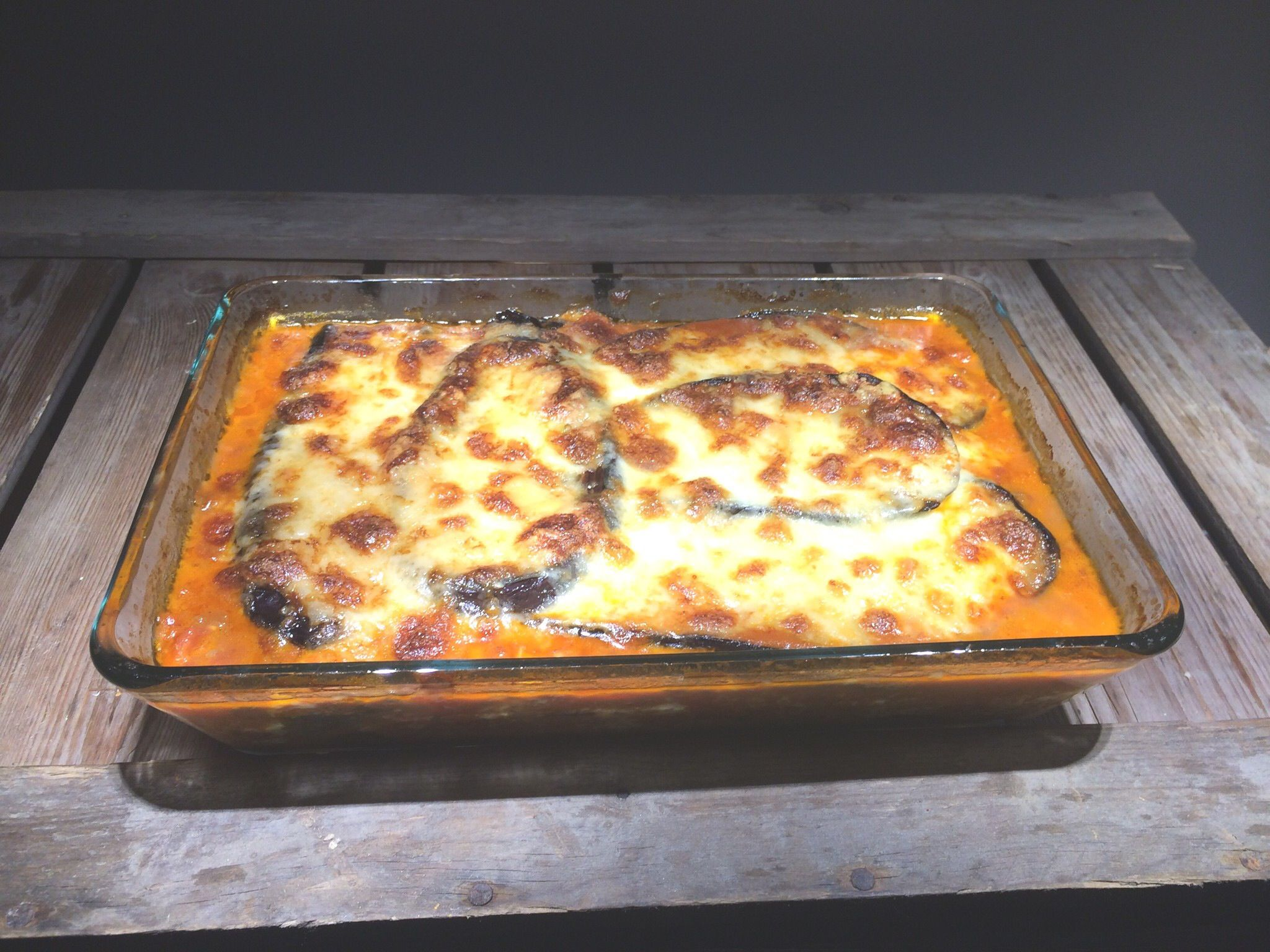 Auberginelasagne zonder deeg - slechts groenten, kruiden en verse mozzarella.  http://myflavourites.nl/auberginelasagne/