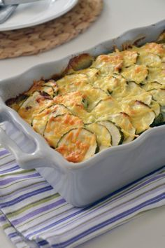 GEWELDIG! Lekkere ovenschotel met courgette, tomaat en gehakt. (Omdat ik niet zo zot ben van room, heb ik 50% room gecombineerd met 50% passata) Moet ik vaker proberen!