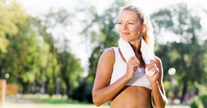 Tout savoir sur les brassières de sport : http://www.fourchette-et-bikini.fr/sport/tout-savoir-sur-les-brassieres-de-sport-29322.html