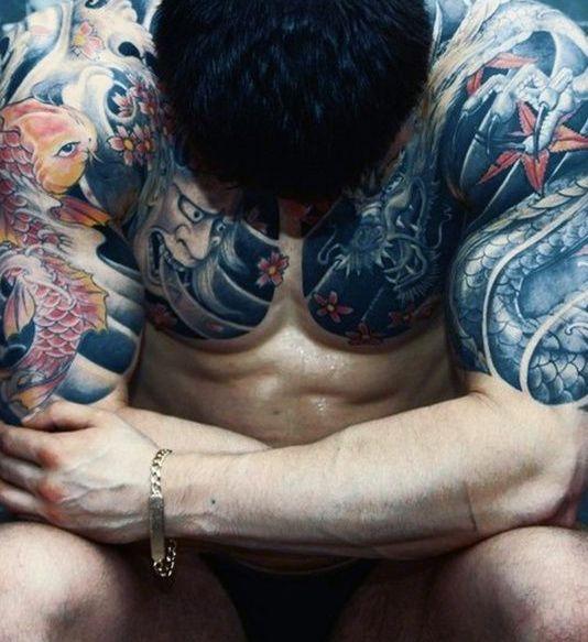 Los tatuajes en el pecho de los hombres impresionantes de tatuajes