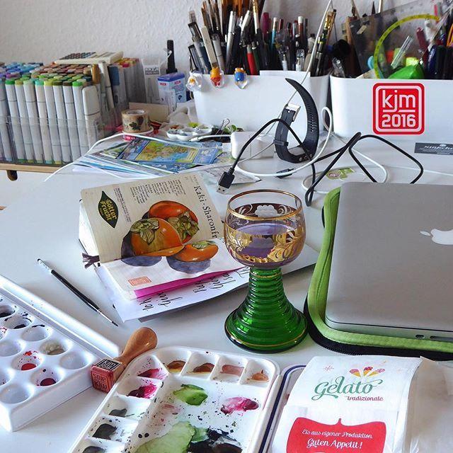 Mein Schreibtisch, wenn ich am Werkeln bin. My cluttery desk.  © Kathrin Jebsen-Marwedel, Instagram @illustratedjournal