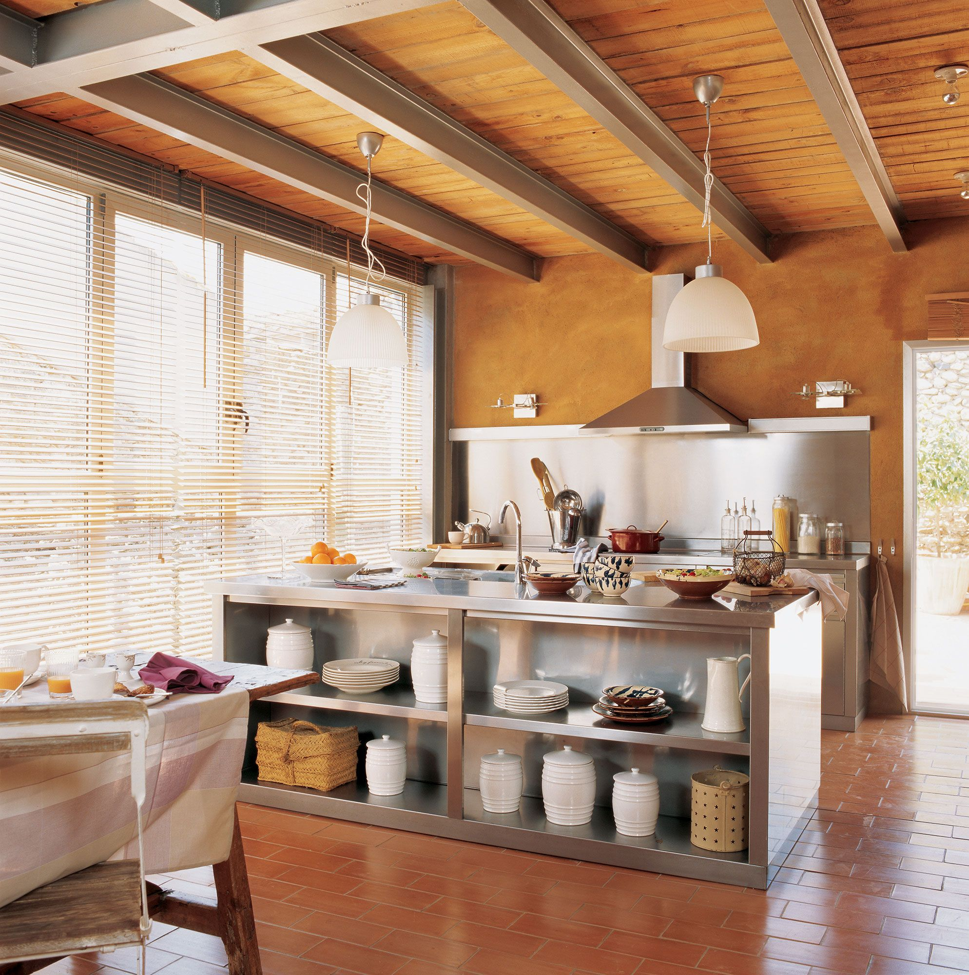 Cocina con paredes aranjadas al óxido, gran ventanal, muebles de ...