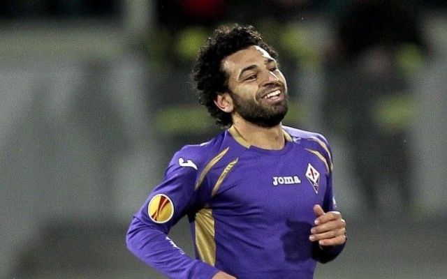 Salah: fa le visite a Roma, ma sotto contratto con la Fiorentina Mohamed Salah è atterrato ieri a Roma alle 18.20. Solo un piccolo ritardo a causa dell'incendio che ha paralizzato l'aeroporto di Fiumicino. Ad attendere l'egiziano un centinaio di tifosi. Il giocato #salah #roma