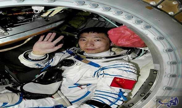 صيني يعلن عن طرقات غامضة على كبسولته الفضائية First Astronaut Space Flight Today In History