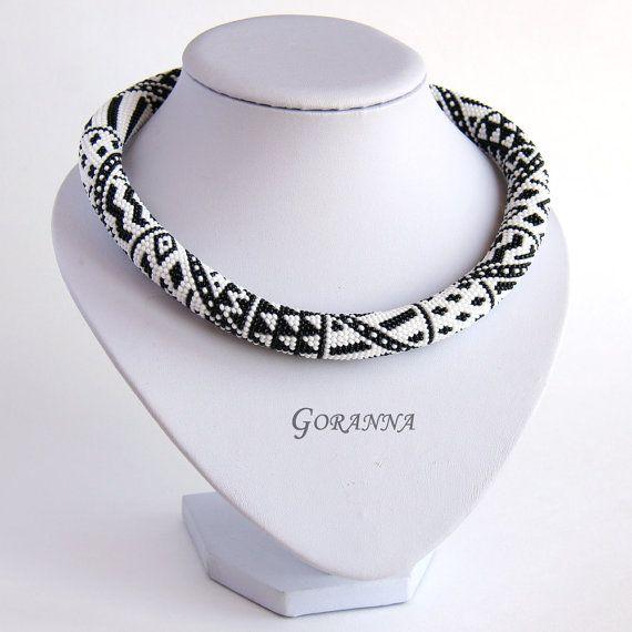 Häkeln Halskette schwarz-weiß Patchwork | Häkelketten / Crochet ...