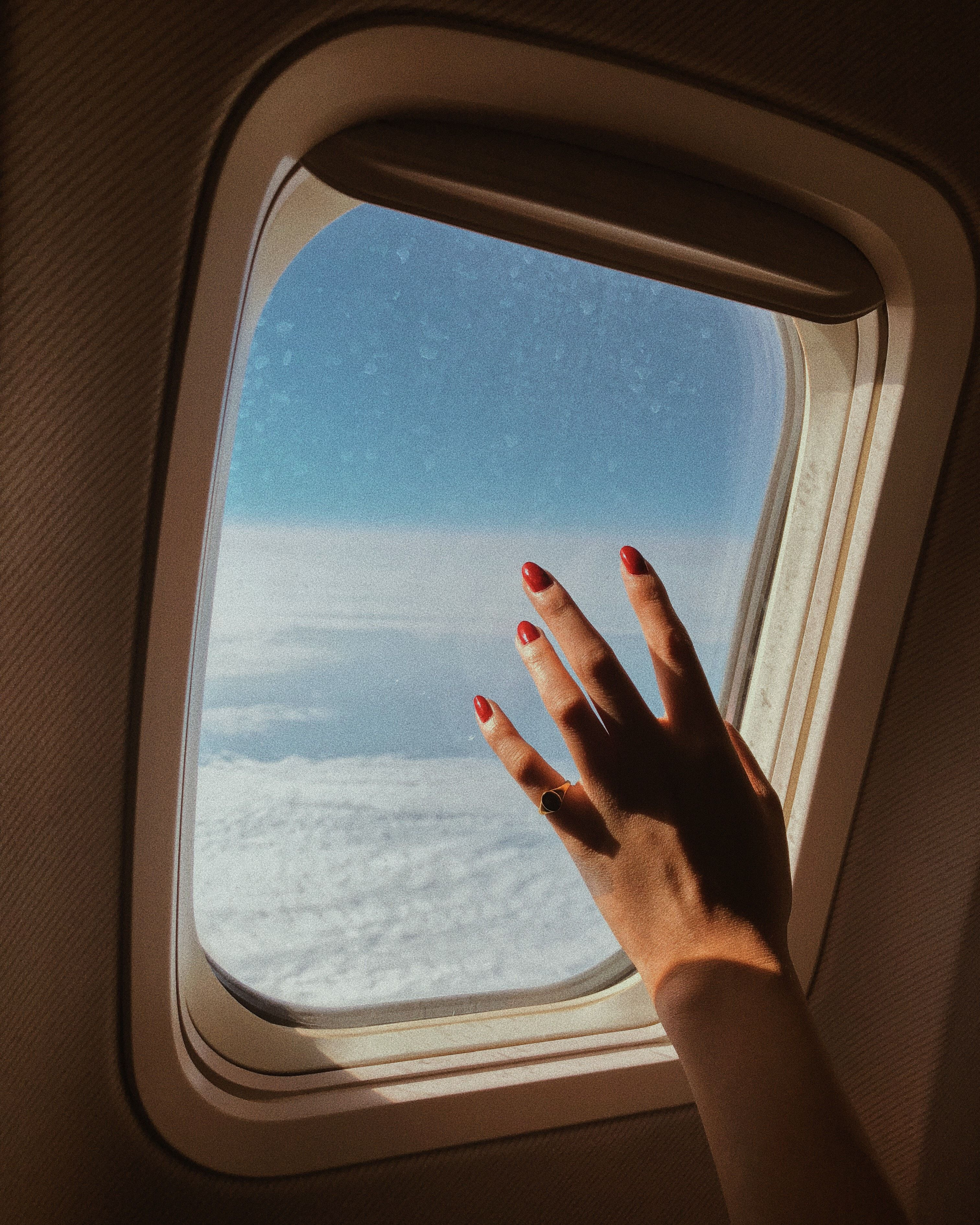 выходит картинка человек сидит у иллюминатора самолета карточкой