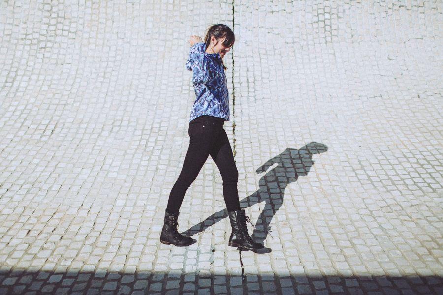 adccd16dd6f Blouson de pluie en motif python bleu à la citée de l océan de Biarritz.  Rain Jacket with blue python pattern at Biarritz