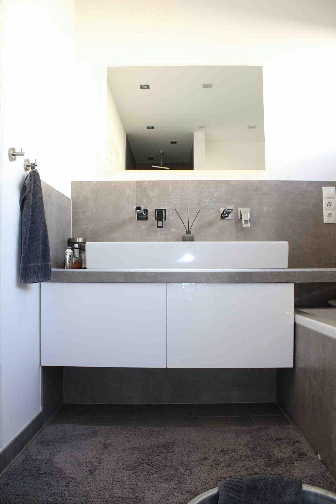 Ein Küchenschrank im Badezimmer