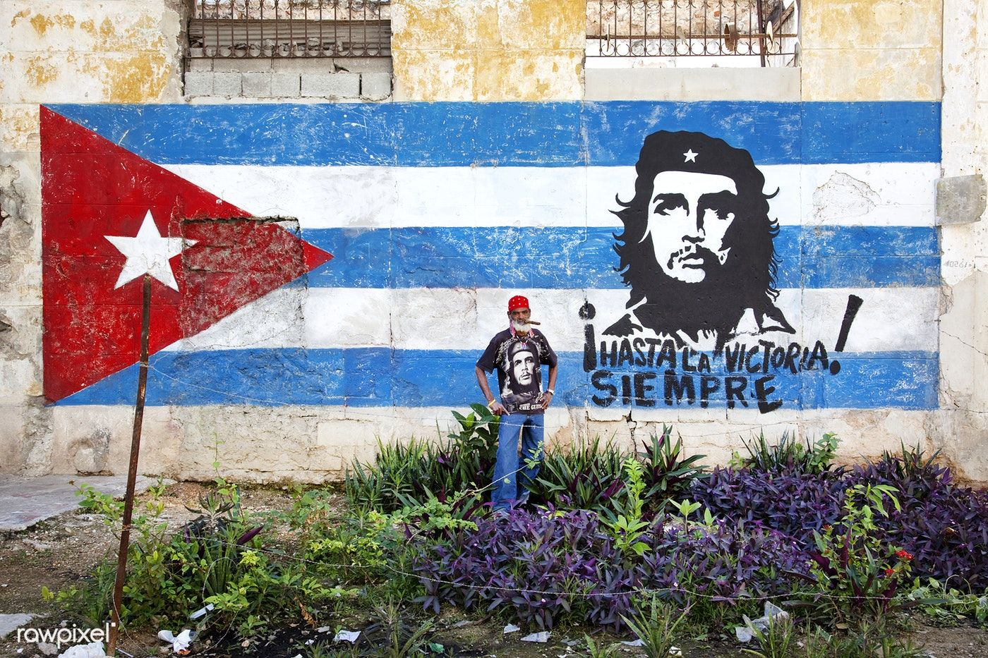 Neighborhood In Old Havana With Hand Painted Mural Showing The Cuban Flag And Che Guevara Original Image From Carol M Mural Painting Canvas Art Prints Mural