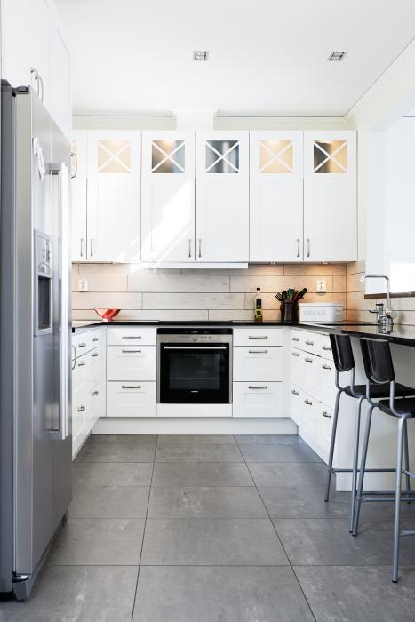 Kök kök klassisk : Köket är ett Ballingslöv med klassiska vita luckor och köksbänk i ...