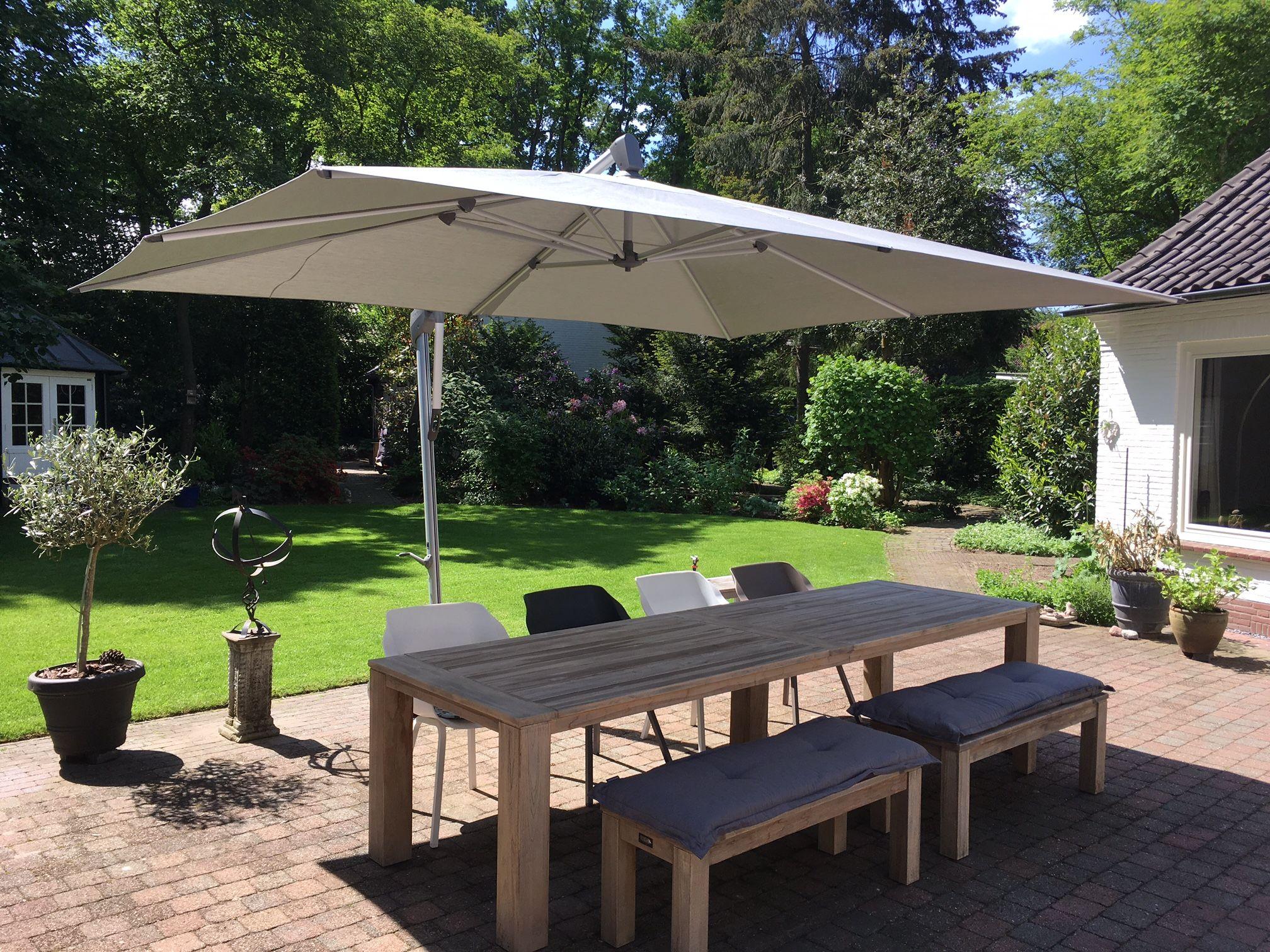 Heerlijke tuin met een grote stoere houten tafel waar je