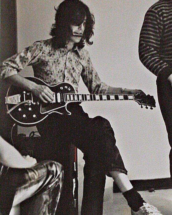 jimmy tuning his gibson les paul custom aka the black beauty rock led zeppelin jimmy page. Black Bedroom Furniture Sets. Home Design Ideas