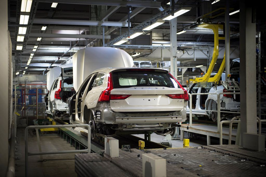 Topic: First V90 rolls off the assembly line in Sweden | car fanatics
