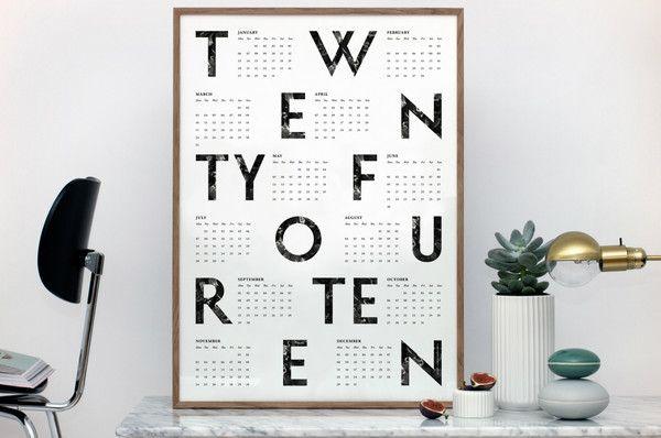 Danska konstnären, illustratören och grafiska formgivaren Kristina Kroghs verk kännetecknas av starka, pregnanta former, välavstämda färgkombinationer och spännande texturer. På ren svenska, väldans snygga affischer helt enkelt!Här har vi en stilren kalenderposter som garanterat tar ditt 2014 till nya höjder. Vi är glada att som första svenska butik kunna presentera Kristinas konst!