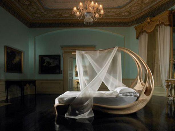 Heel bijzonder houten hemelbed slaapkamer nice