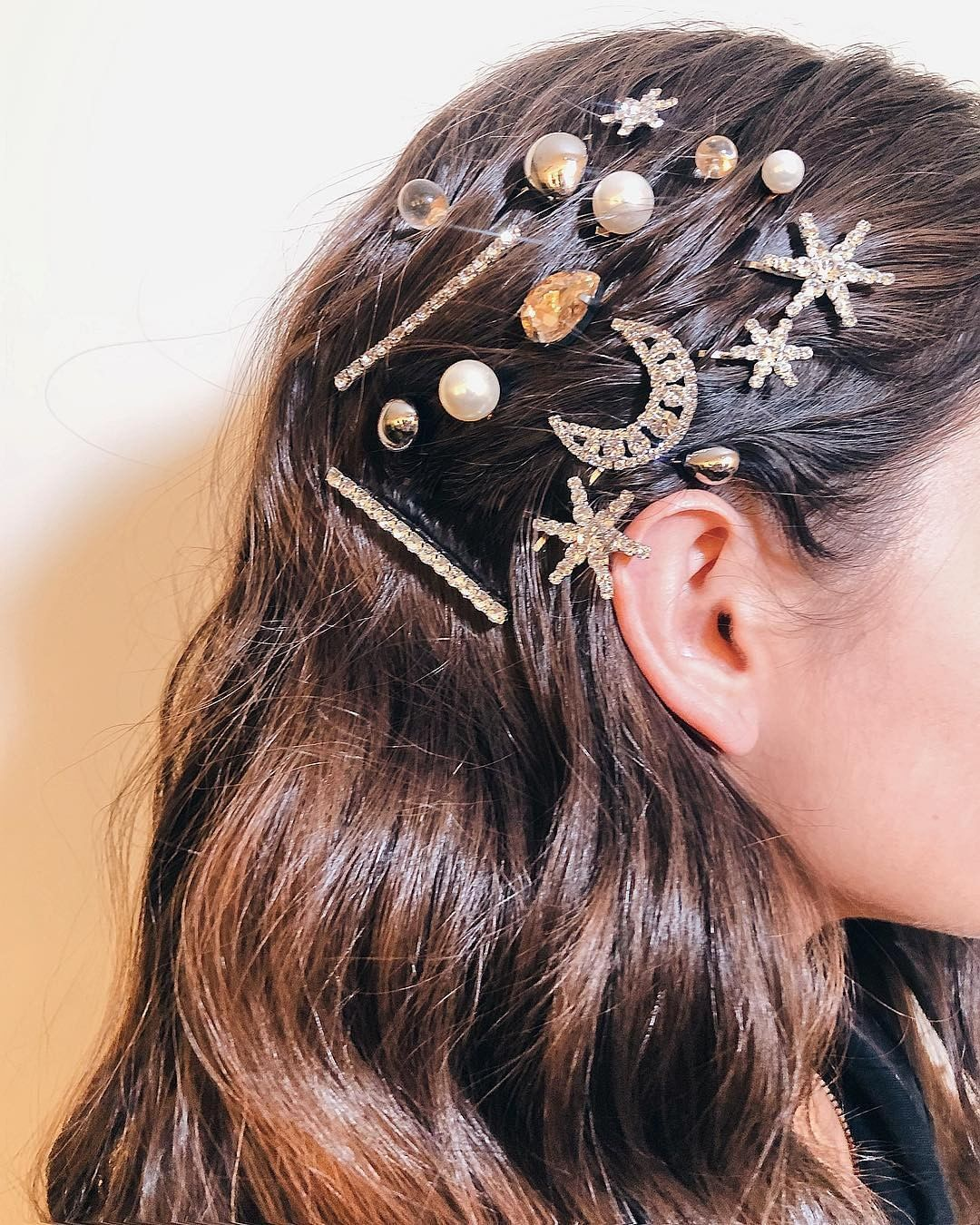 33 Easy Ways To Style Your Hair With Hair Clips - hair down, straight hairstyle ,simple hairstyle #hairstyle #hairclips #updo messy bun