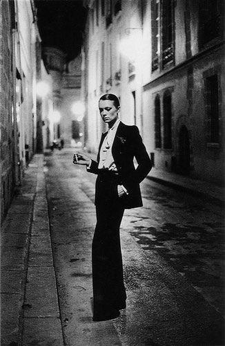 Esta é uma das fotos mais famosas de Helmut Newton do traje mais famoso da história da moda : Le Smoking da Yves -Saint- Laurent Coleção 1975.