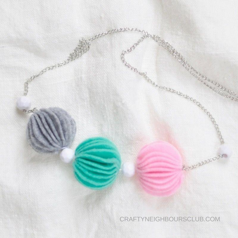 Eine superschöne Idee für eine Kette mit Filz-Pompombällen. Ein ganz schnelles DIY auf unserem Blog