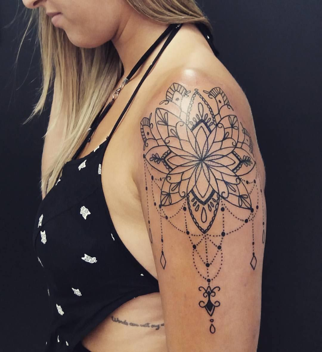 Tatts de Mary Johnson Tatuagem mandala no braço