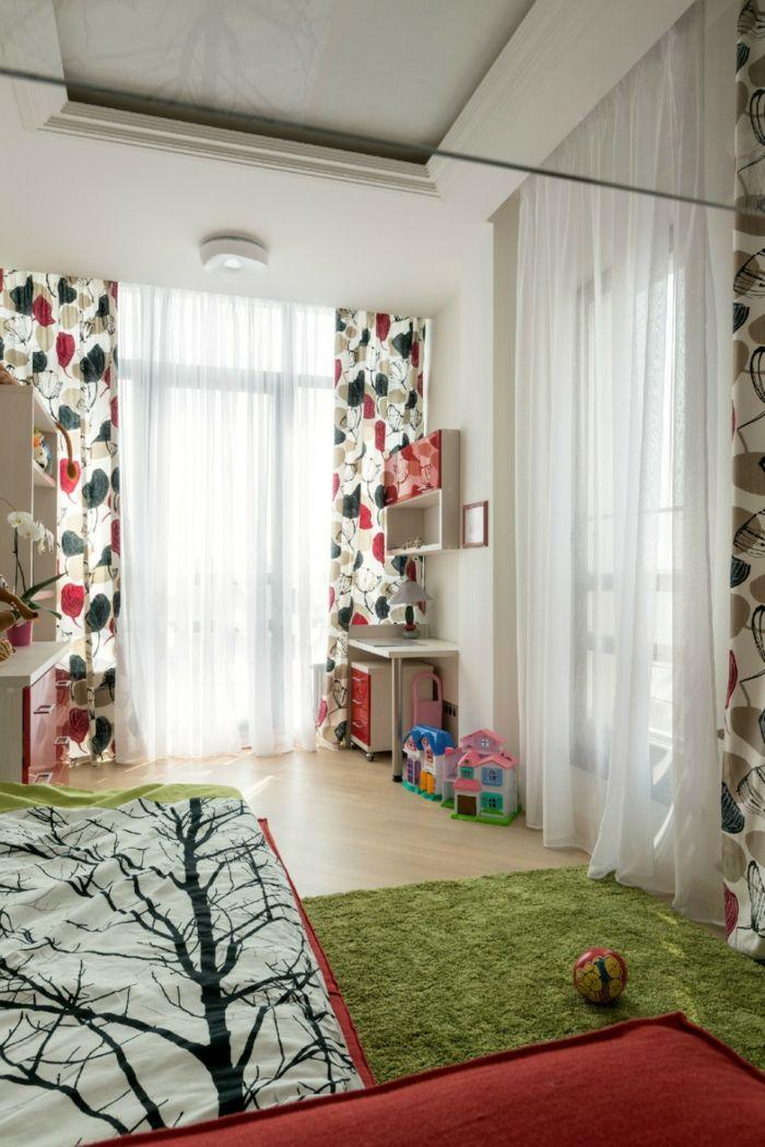 gestaltung kinderzimmer farbige kindergardinen grüner teppich ...