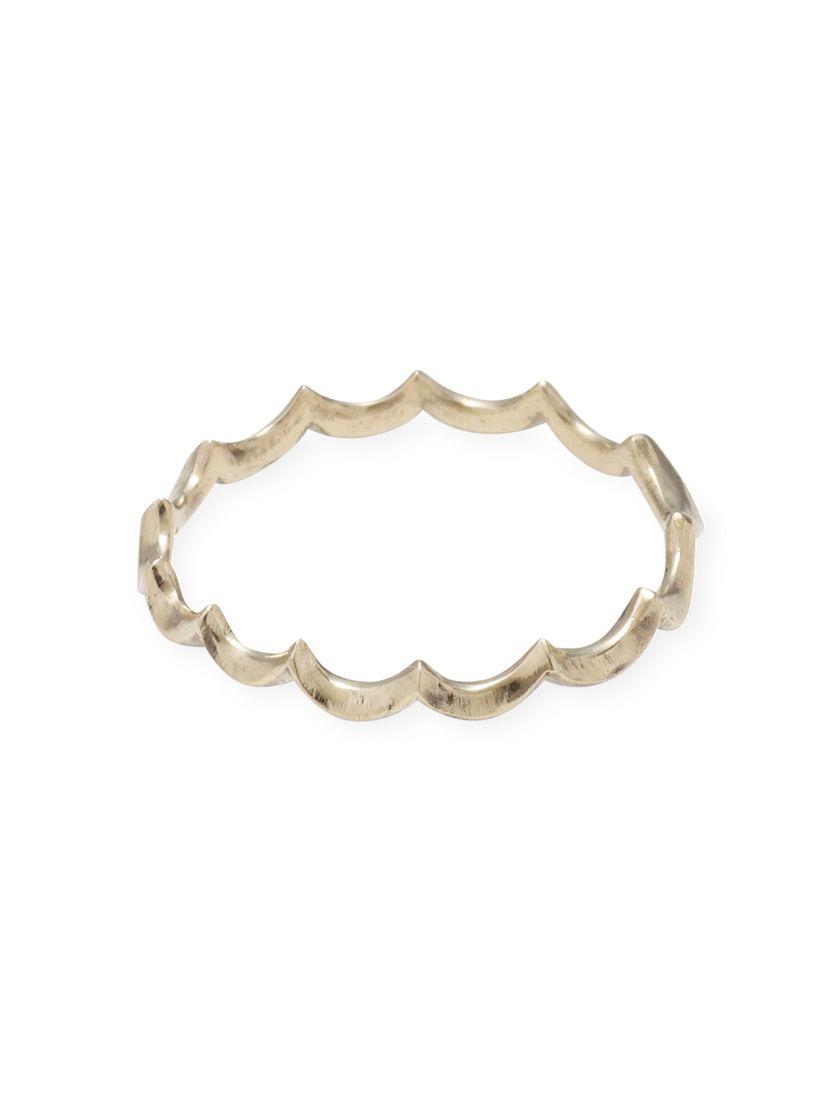 ileava jewelry ホイップクリームピンキーリング…イロンデールのピンキーの飾りが取れて寂しくなってしまったので、あえて修理せず重ねづけ方向に行ってみようかな、と探していた時に一目惚れ。奇をてらってるかなと思ったけど細身だし、着用する方向によって印象が変わるので、思った以上にお気に入り。壊さないようにしよっとw