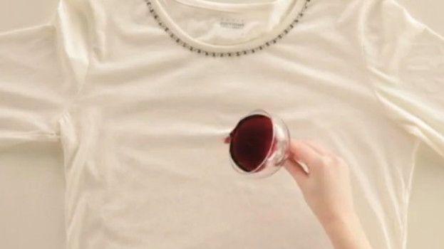 Jednoduchý trik, ako odstrániť fľak od červeného vína z bielej bielizne