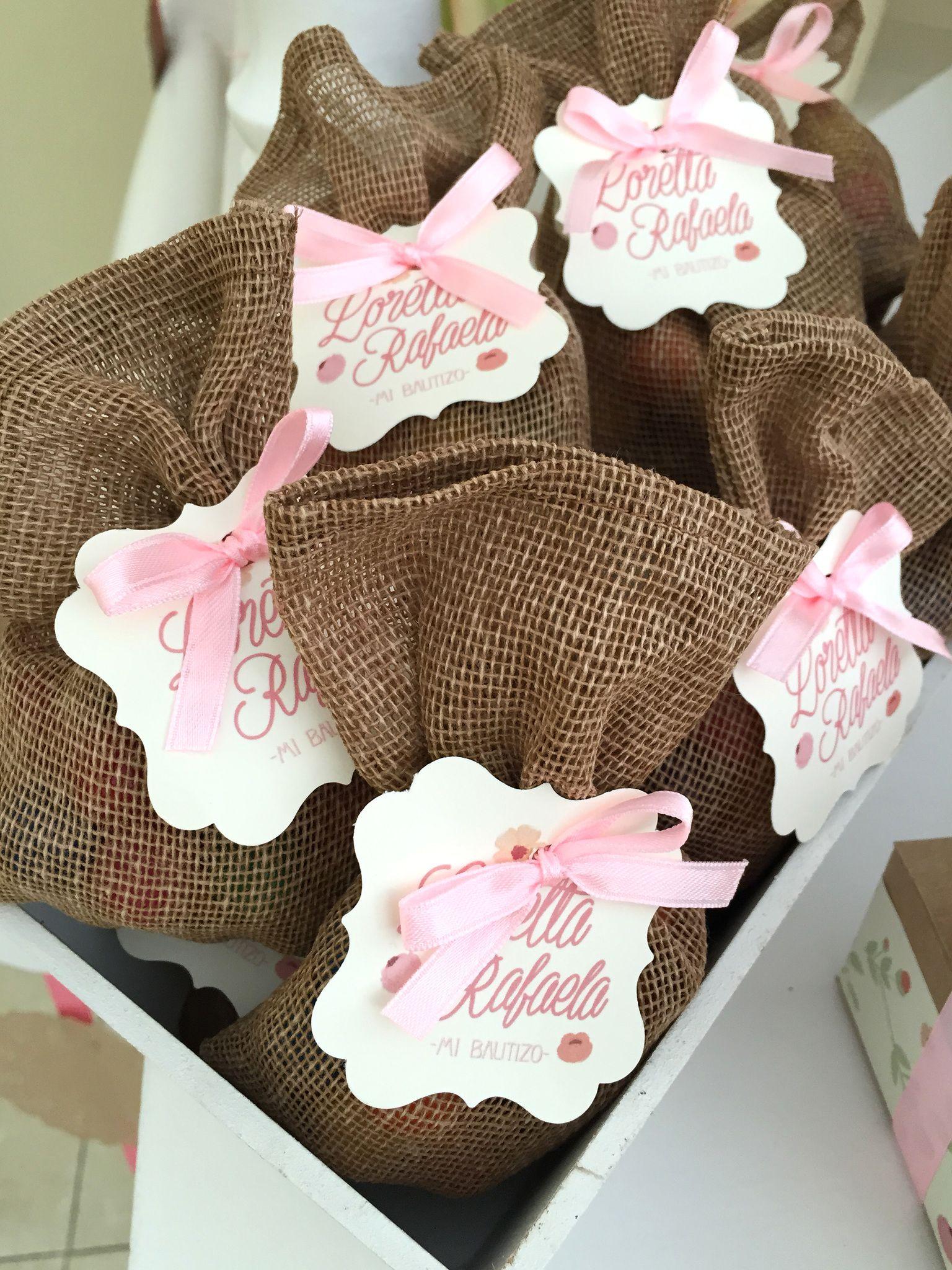 En estas lindas bolsitas de yute metimos unos dulcesitos para la mesa de dulces del bautizo de Loretta Rafaela :)