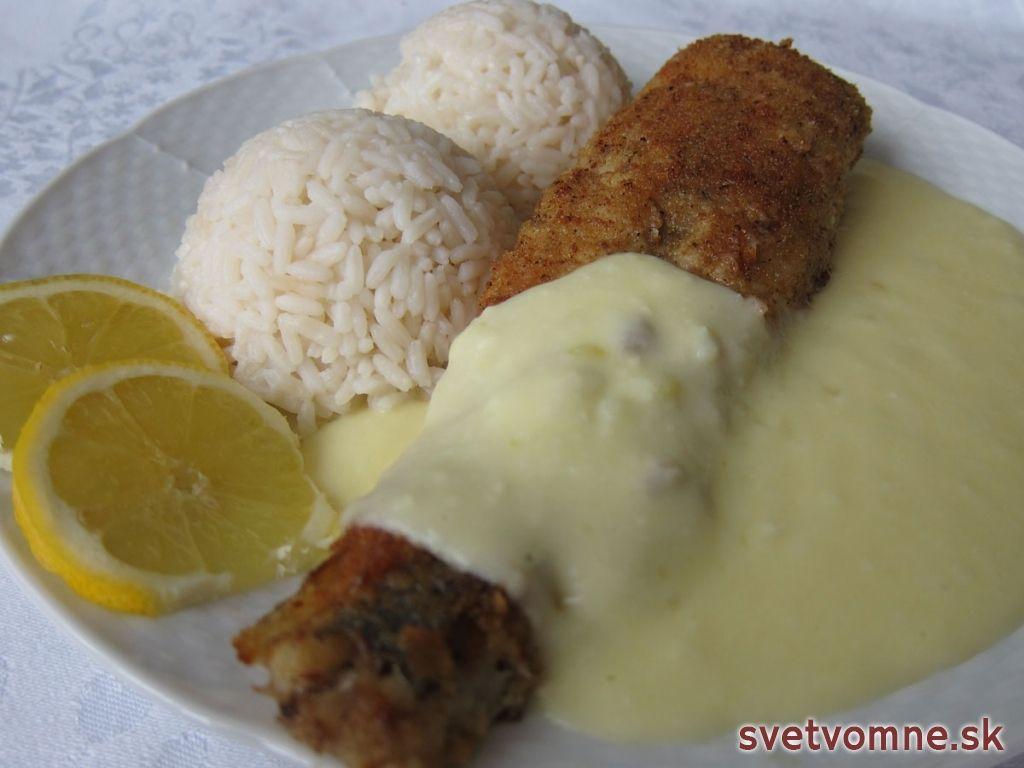 Upečenú rybu podávame s teplou zemiakovo - syrovou omáčkou, ryžou a plátkom citróna.