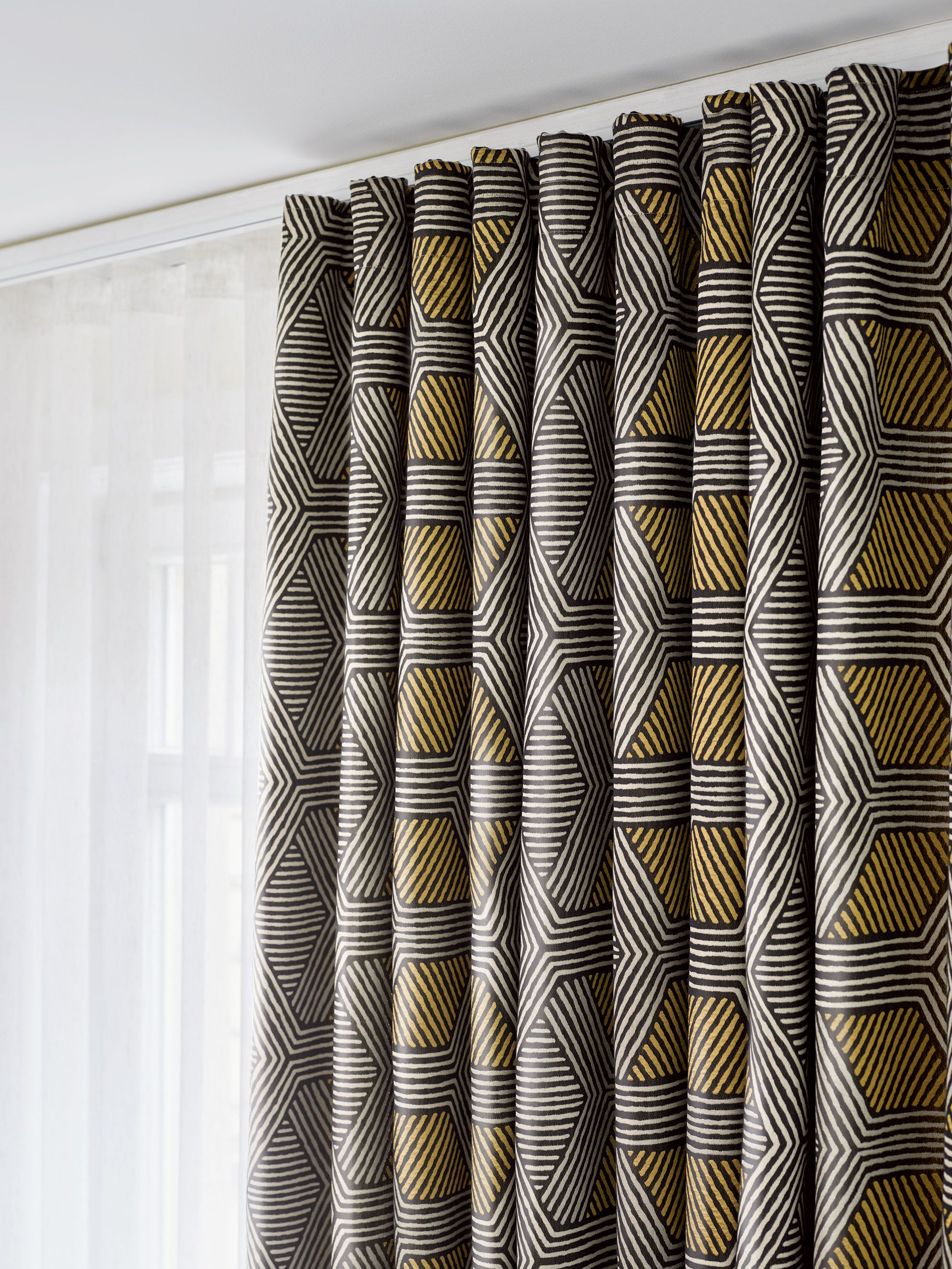 Ado Goldkante Knows How To Set A Highlight In Your Home With Its Geometrical Design This Fabric Expresses A Quirky Bu Gardinen Fensterdekoration Polsterstoffe