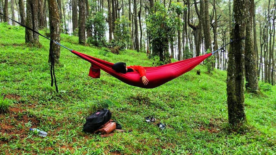 Gerimis syahdu kaya gini enaknya tidur di atas hammock. Serasa jaman kecil dulu tidur dalam ayunan dari kain.  #hammockid #salamgantung #salamkepompong #hammocklife #solohammockers by @rinanes