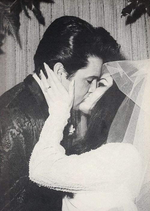 Elvis and Priscilla Presley kiss on their wedding day, May ...