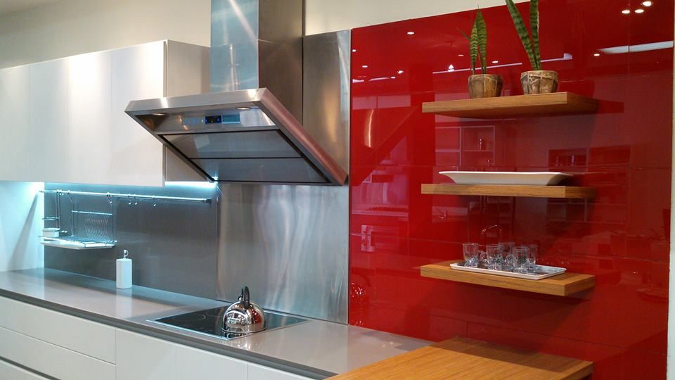 Cocina blanca revestimiento en vidrio rojo mesada de for Revestimientos pared cocina