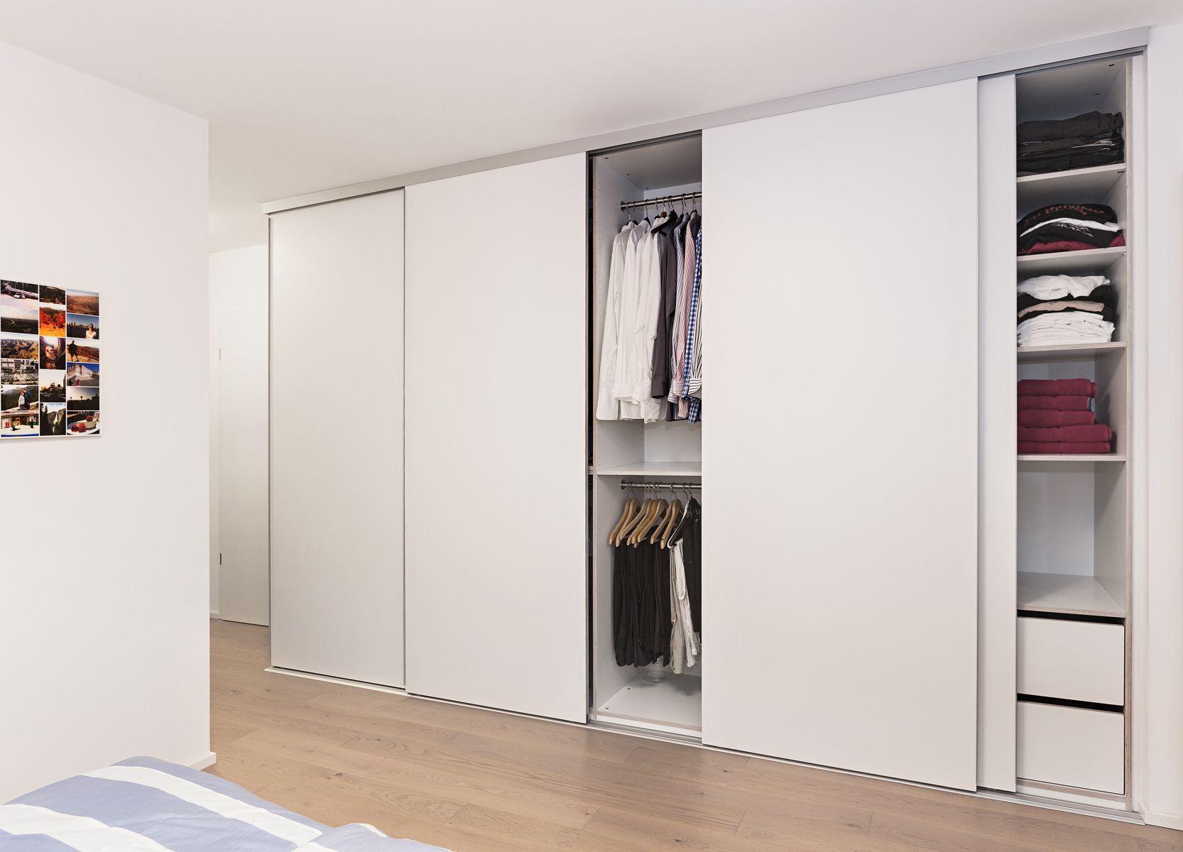 Weisser Deckenhoher Kleiderschrank Mit Schiebeturen