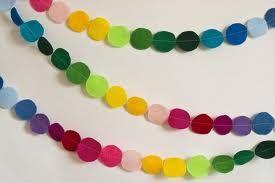 Esta guirnalda solo tienes que recortar círculos de colores y pegarlas en un liston o hilo.. LISTO!