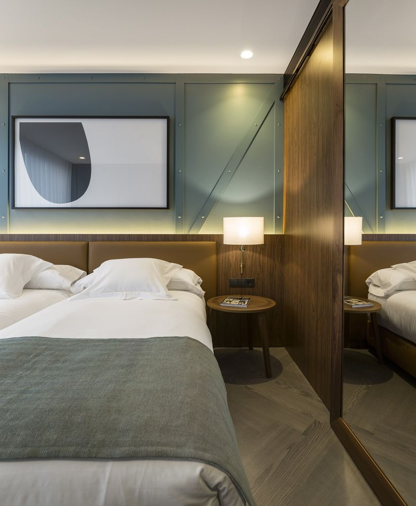 Modern contemporary master bedroom decor  Galeria de Hotel Vincci Porto  José Carlos Cruz    Porto