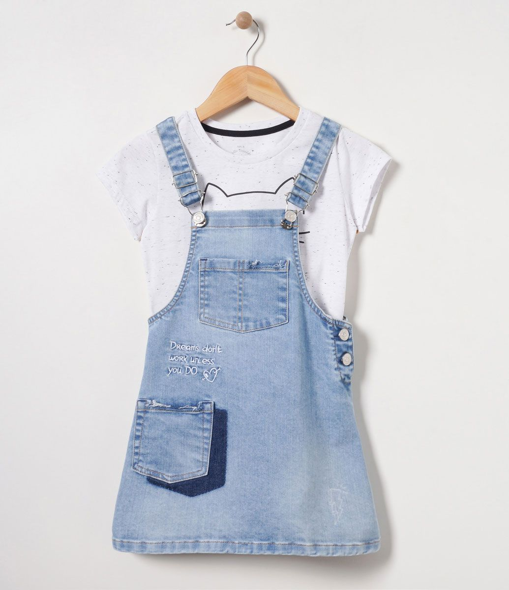 Jardineira Infantil que acompanha blusinha infantil com estampa Jardineira  com detalhes de bolsos e lettering Marca f06739c48e4