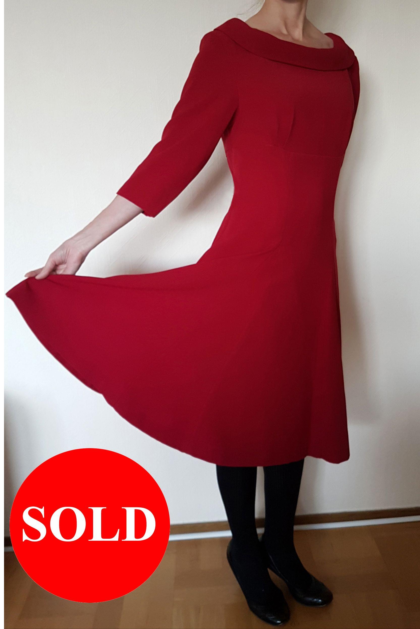 89efdc8af126 Röd klänning med vid och dekorativ krage. Klockad kjol och 3/4 ärmar ...