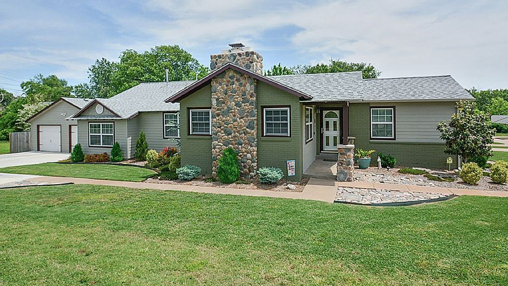 House Vacation Rental In Tulsa From Vrbo Com Vacation Rental Travel Vrbo House Styles Outdoor Structures House