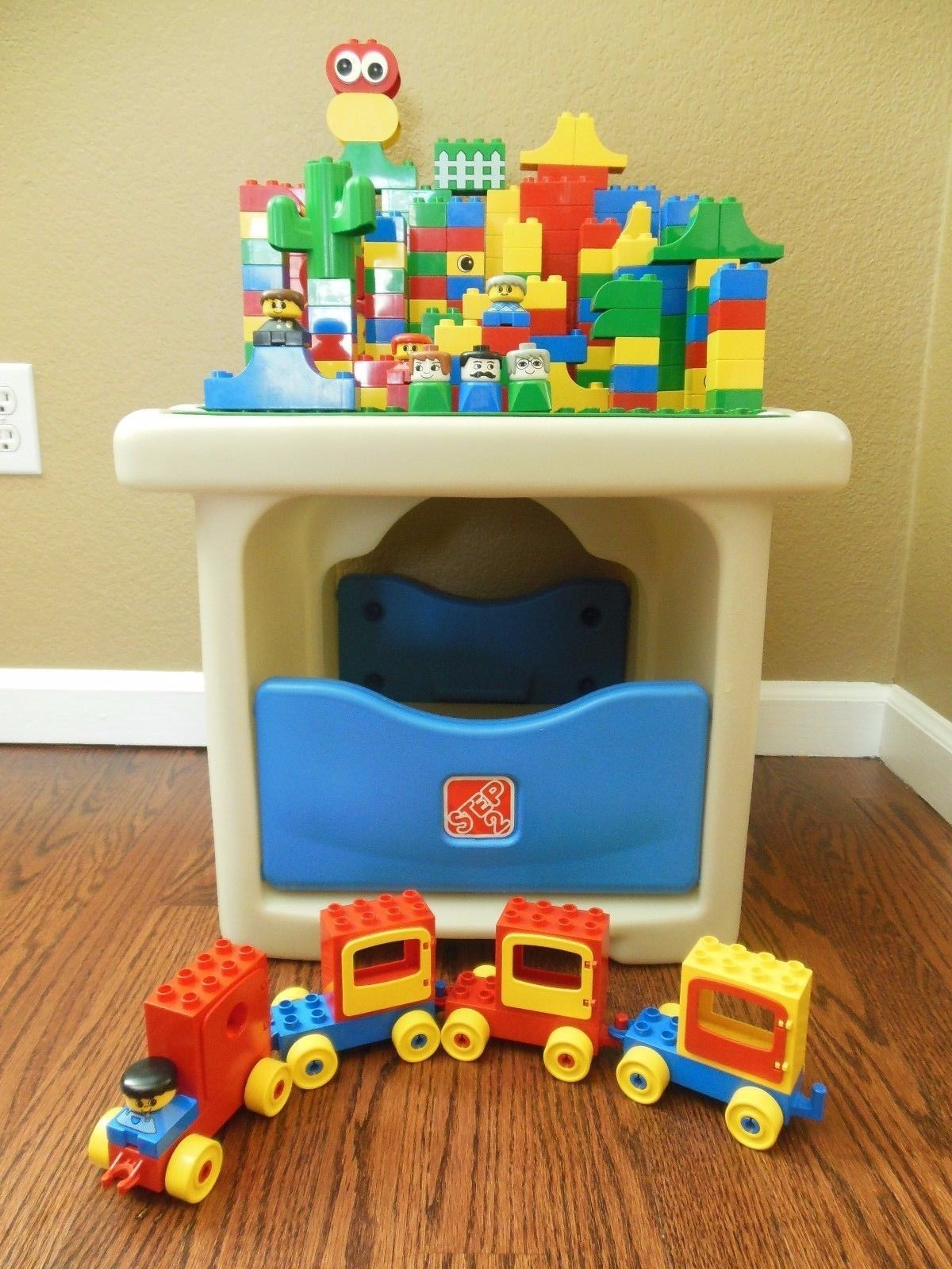 Step 2 Duplo Play Table With Storage & 225 Lego